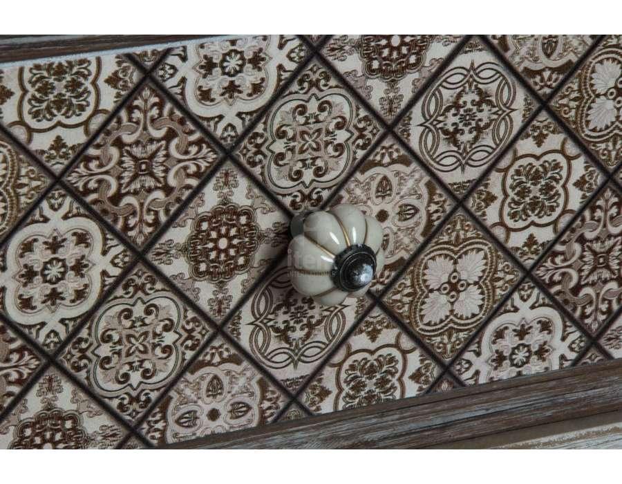 Chiffonnier foncé avec 7 tiroirs décorés