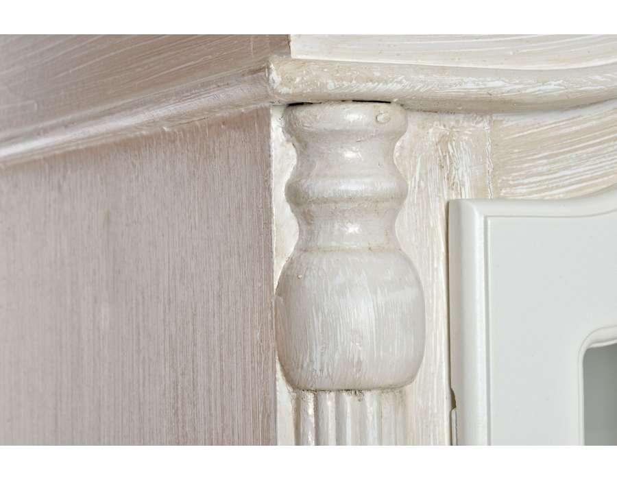 Armoire vitrée cérusée blanchie décorée