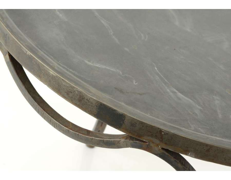 Table galbée élégante en métal vieilli