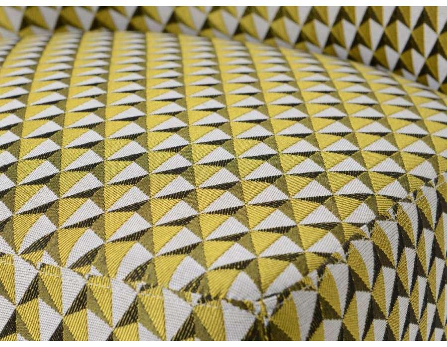 Fauteuil bas chauffeuse jaune et noir tapissée Vadim
